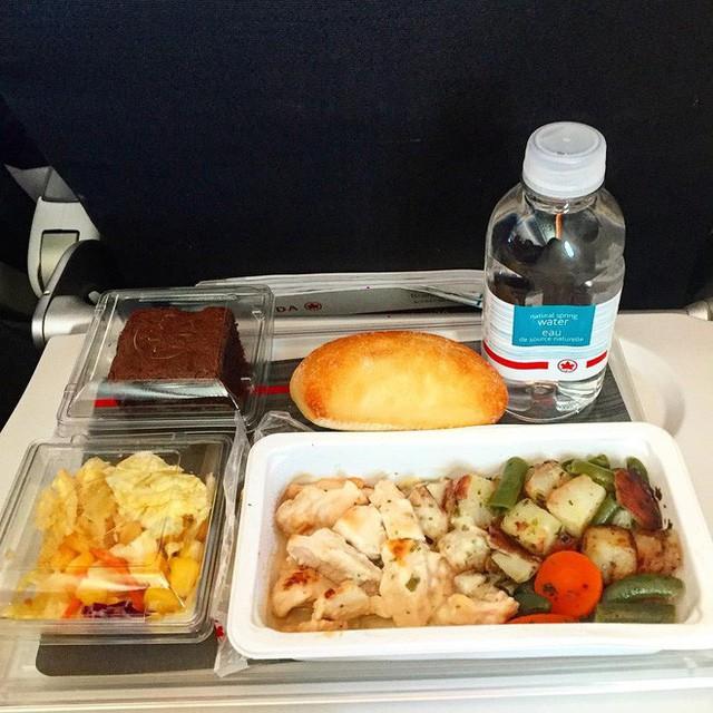 Muốn biết hạng thương gia sang chảnh hơn ghế thường ra sao, cứ nhìn bữa ăn của 19 hãng bay nổi tiếng này sẽ rõ! - Ảnh 39.