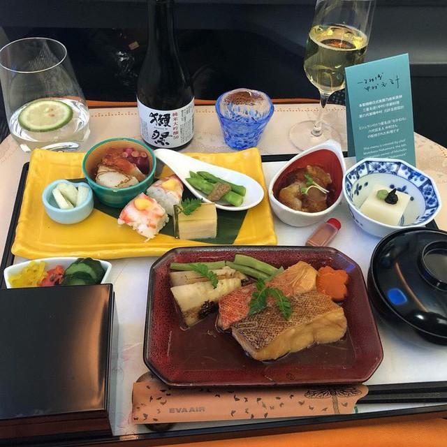 Muốn biết hạng thương gia sang chảnh hơn ghế thường ra sao, cứ nhìn bữa ăn của 19 hãng bay nổi tiếng này sẽ rõ! - Ảnh 40.