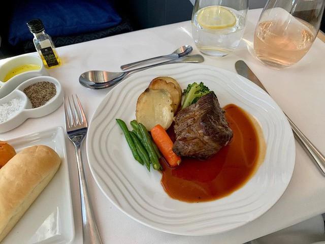 Muốn biết hạng thương gia sang chảnh hơn ghế thường ra sao, cứ nhìn bữa ăn của 19 hãng bay nổi tiếng này sẽ rõ! - Ảnh 43.