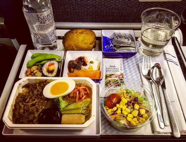 Muốn biết hạng thương gia sang chảnh hơn ghế thường ra sao, cứ nhìn bữa ăn của 19 hãng bay nổi tiếng này sẽ rõ! - Ảnh 45.
