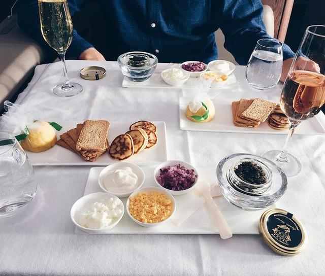 Muốn biết hạng thương gia sang chảnh hơn ghế thường ra sao, cứ nhìn bữa ăn của 19 hãng bay nổi tiếng này sẽ rõ! - Ảnh 46.