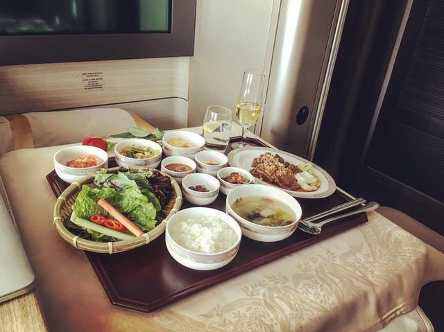 Muốn biết hạng thương gia sang chảnh hơn ghế thường ra sao, cứ nhìn bữa ăn của 19 hãng bay nổi tiếng này sẽ rõ! - Ảnh 48.