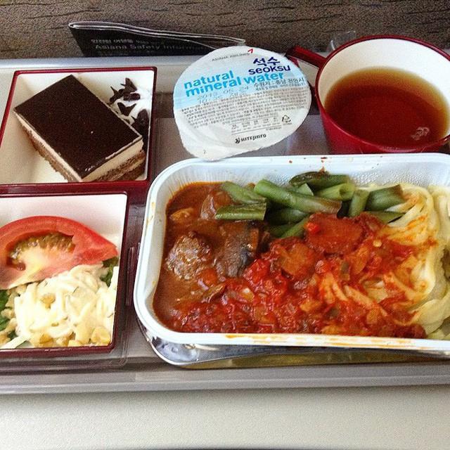 Muốn biết hạng thương gia sang chảnh hơn ghế thường ra sao, cứ nhìn bữa ăn của 19 hãng bay nổi tiếng này sẽ rõ! - Ảnh 49.