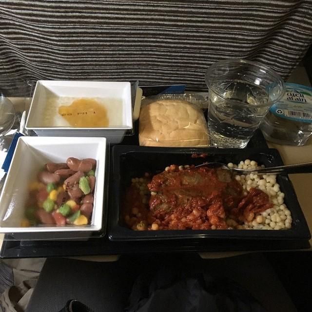 Muốn biết hạng thương gia sang chảnh hơn ghế thường ra sao, cứ nhìn bữa ăn của 19 hãng bay nổi tiếng này sẽ rõ! - Ảnh 51.