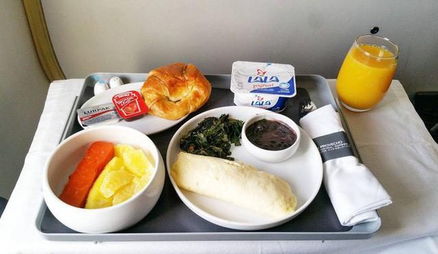 Muốn biết hạng thương gia sang chảnh hơn ghế thường ra sao, cứ nhìn bữa ăn của 19 hãng bay nổi tiếng này sẽ rõ! - Ảnh 55.