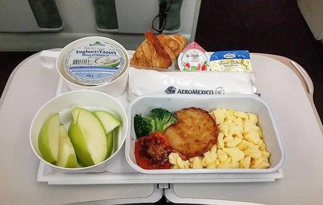 Muốn biết hạng thương gia sang chảnh hơn ghế thường ra sao, cứ nhìn bữa ăn của 19 hãng bay nổi tiếng này sẽ rõ! - Ảnh 56.