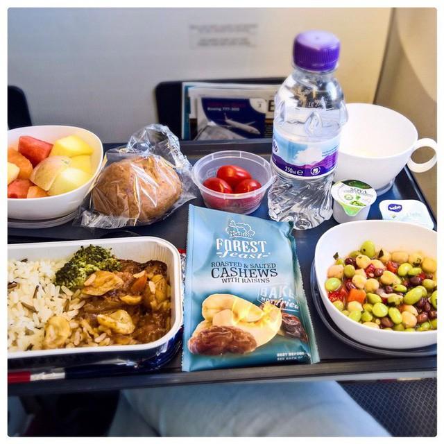 Muốn biết hạng thương gia sang chảnh hơn ghế thường ra sao, cứ nhìn bữa ăn của 19 hãng bay nổi tiếng này sẽ rõ! - Ảnh 8.