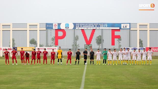 HLV Park Hang-seo đột kích phòng thay đồ tổ trọng tài điều khiển trận đấu tập của U22 Việt Nam - Ảnh 1.