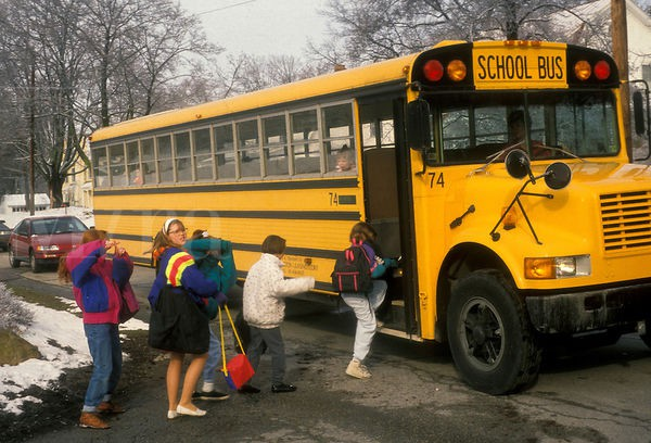 Các nước ngăn học sinh bị bỏ quên trên xe đưa đón: Cài báo động, lắp thiết bị phát hiện trẻ ngủ quên - Ảnh 1.