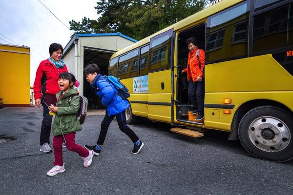 Các nước ngăn học sinh bị bỏ quên trên xe đưa đón: Cài báo động, lắp thiết bị phát hiện trẻ ngủ quên - Ảnh 2.