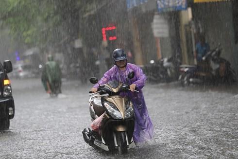 Hà Nội: Nhiều tuyến phố lại ngập sâu sau cơn mưa sáng 8/8 - Ảnh 1.