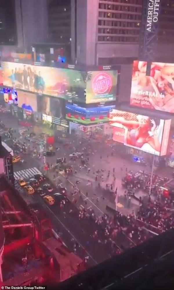 Đám đông bỏ chạy tán loạn, giẫm đạp lên nhau ở Quảng trường Thời đại vì tưởng tiếng nổ pô xe là súng nổ - Ảnh 1.