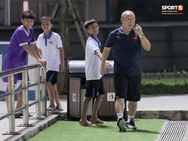 HLV Park Hang-seo đột kích phòng thay đồ tổ trọng tài điều khiển trận đấu tập của U22 Việt Nam - Ảnh 3.