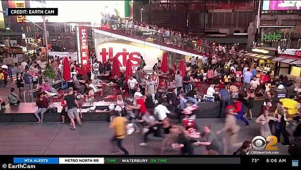 Đám đông bỏ chạy tán loạn, giẫm đạp lên nhau ở Quảng trường Thời đại vì tưởng tiếng nổ pô xe là súng nổ - Ảnh 3.