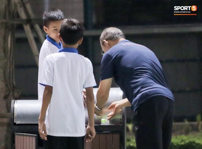 HLV Park Hang-seo đột kích phòng thay đồ tổ trọng tài điều khiển trận đấu tập của U22 Việt Nam - Ảnh 4.