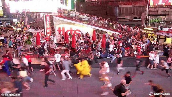Đám đông bỏ chạy tán loạn, giẫm đạp lên nhau ở Quảng trường Thời đại vì tưởng tiếng nổ pô xe là súng nổ - Ảnh 4.