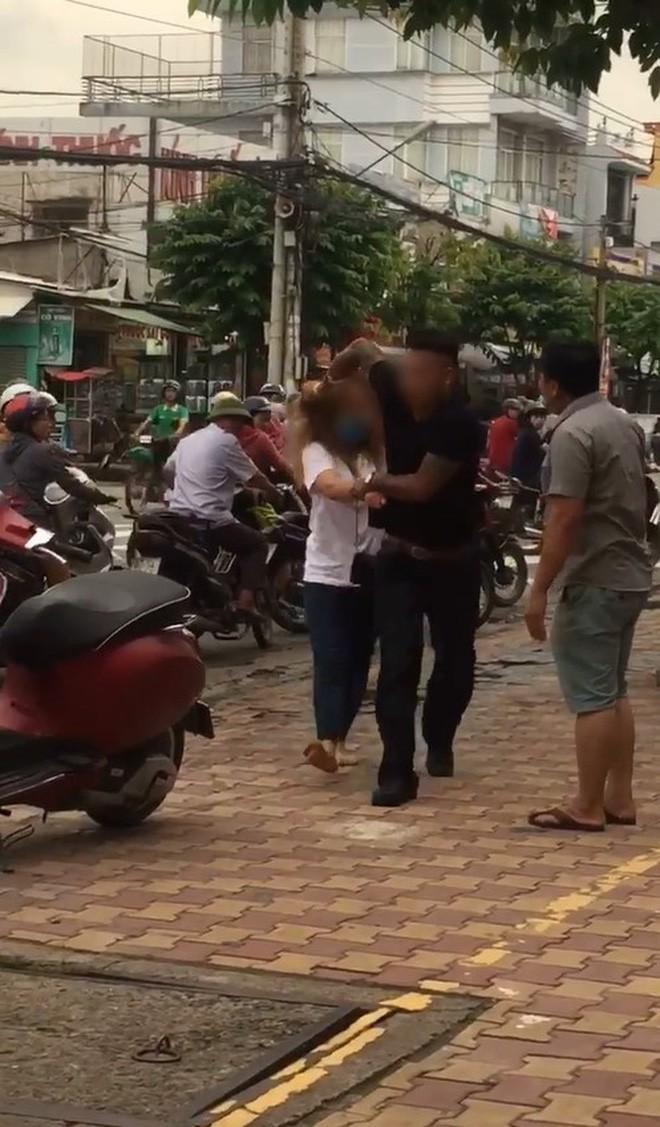 Phẫn nộ clip nam thanh niên thẳng chân đá vào đầu, đạp vào bụng bạn gái ngay giữa đường: Mày ngu thế, tao bảo không nghe - Ảnh 2.