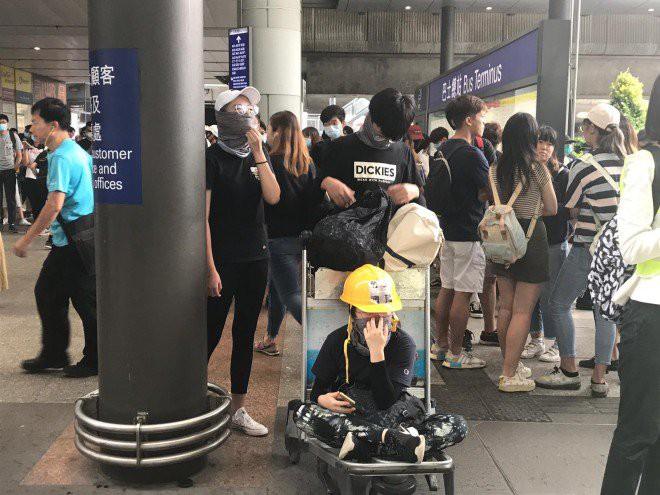 Hong Kong tê liệt: Cảnh sát 3 lần cảnh cáo nóng, người biểu tình vẫn tiếp tục phá hoại nhiều tài sản, đốt quốc kỳ - Ảnh 45.