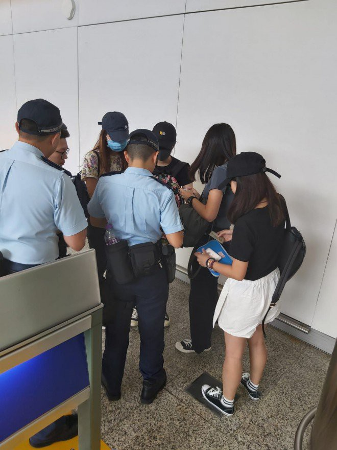 Hong Kong tê liệt: Cảnh sát 3 lần cảnh cáo nóng, người biểu tình vẫn tiếp tục phá hoại nhiều tài sản, đốt quốc kỳ - Ảnh 43.
