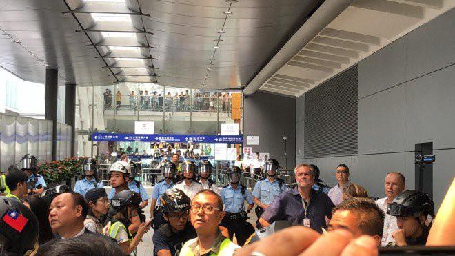 Hong Kong tê liệt: Cảnh sát 3 lần cảnh cáo nóng, người biểu tình vẫn tiếp tục phá hoại nhiều tài sản, đốt quốc kỳ - Ảnh 40.