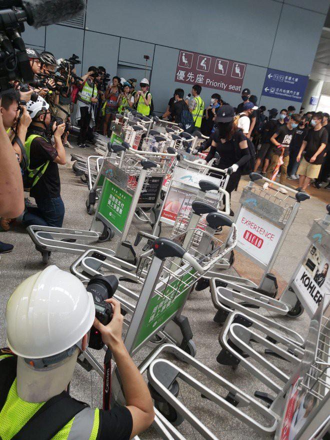 Hong Kong tê liệt: Cảnh sát 3 lần cảnh cáo nóng, người biểu tình vẫn tiếp tục phá hoại nhiều tài sản, đốt quốc kỳ - Ảnh 35.