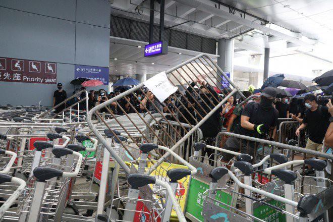 Hong Kong tê liệt: Cảnh sát 3 lần cảnh cáo nóng, người biểu tình vẫn tiếp tục phá hoại nhiều tài sản, đốt quốc kỳ - Ảnh 36.