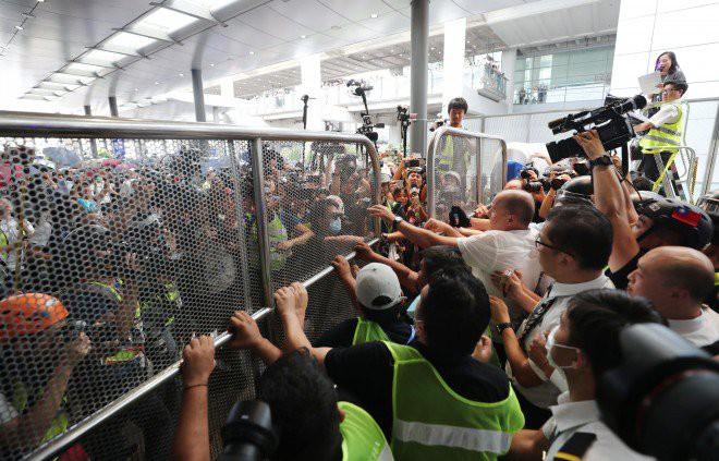 Hong Kong tê liệt: Cảnh sát 3 lần cảnh cáo nóng, người biểu tình vẫn tiếp tục phá hoại nhiều tài sản, đốt quốc kỳ - Ảnh 38.