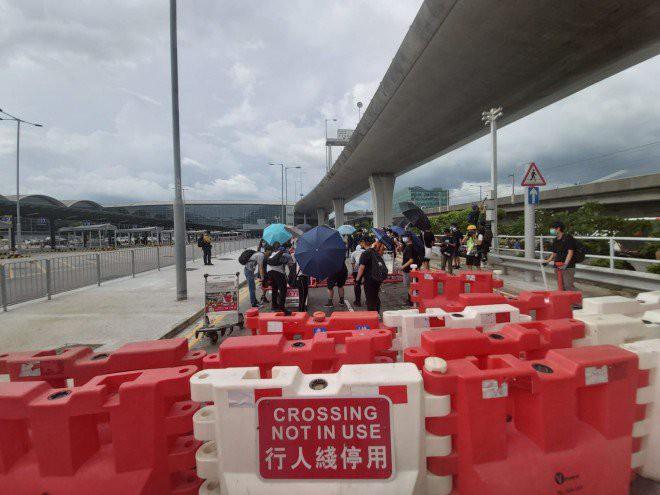 Hong Kong tê liệt: Cảnh sát 3 lần cảnh cáo nóng, người biểu tình vẫn tiếp tục phá hoại nhiều tài sản, đốt quốc kỳ - Ảnh 37.