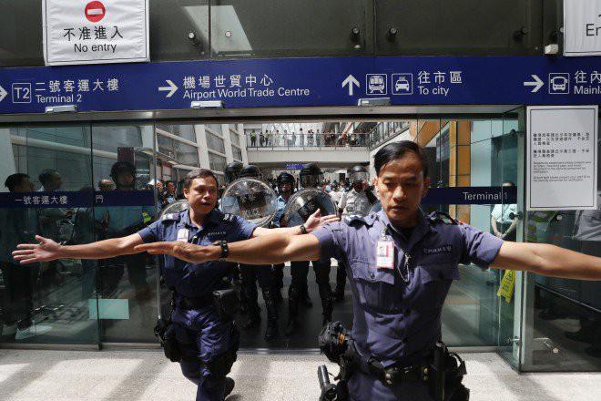Hong Kong tê liệt: Cảnh sát 3 lần cảnh cáo nóng, người biểu tình vẫn tiếp tục phá hoại nhiều tài sản, đốt quốc kỳ - Ảnh 32.