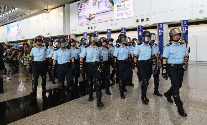 Hong Kong tê liệt: Cảnh sát 3 lần cảnh cáo nóng, người biểu tình vẫn tiếp tục phá hoại nhiều tài sản, đốt quốc kỳ - Ảnh 33.