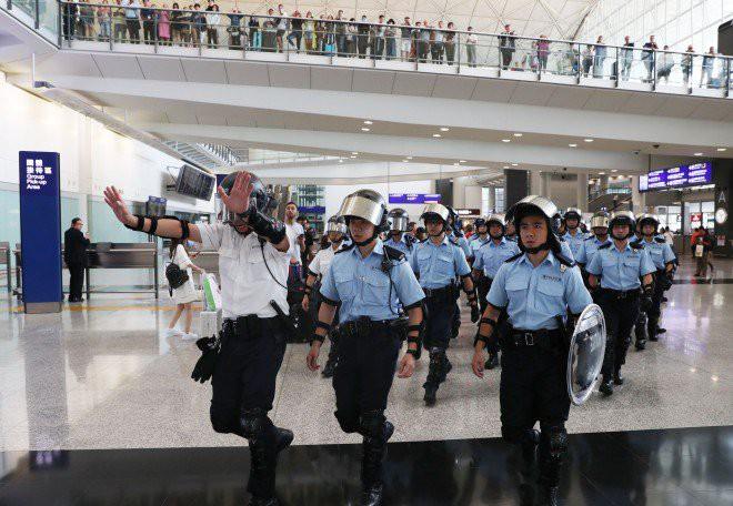 Hong Kong tê liệt: Cảnh sát 3 lần cảnh cáo nóng, người biểu tình vẫn tiếp tục phá hoại nhiều tài sản, đốt quốc kỳ - Ảnh 34.