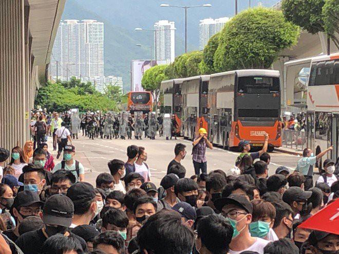 Hong Kong tê liệt: Cảnh sát 3 lần cảnh cáo nóng, người biểu tình vẫn tiếp tục phá hoại nhiều tài sản, đốt quốc kỳ - Ảnh 30.