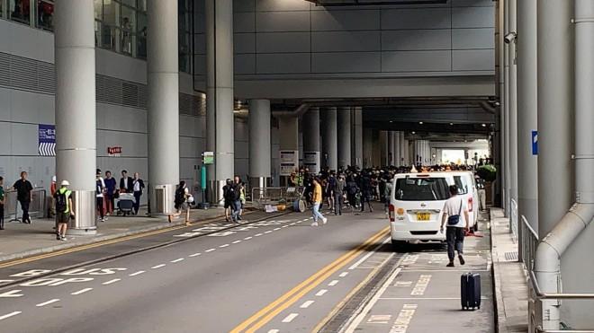 Hong Kong tê liệt: Cảnh sát 3 lần cảnh cáo nóng, người biểu tình vẫn tiếp tục phá hoại nhiều tài sản, đốt quốc kỳ - Ảnh 27.