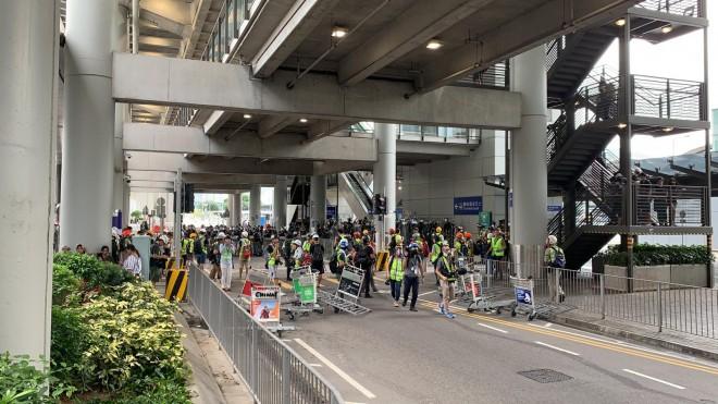 Hong Kong tê liệt: Cảnh sát 3 lần cảnh cáo nóng, người biểu tình vẫn tiếp tục phá hoại nhiều tài sản, đốt quốc kỳ - Ảnh 28.