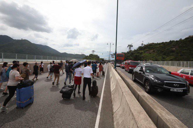 Hong Kong tê liệt: Cảnh sát 3 lần cảnh cáo nóng, người biểu tình vẫn tiếp tục phá hoại nhiều tài sản, đốt quốc kỳ - Ảnh 25.