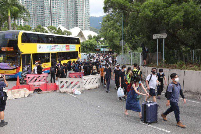 Hong Kong tê liệt: Cảnh sát 3 lần cảnh cáo nóng, người biểu tình vẫn tiếp tục phá hoại nhiều tài sản, đốt quốc kỳ - Ảnh 26.