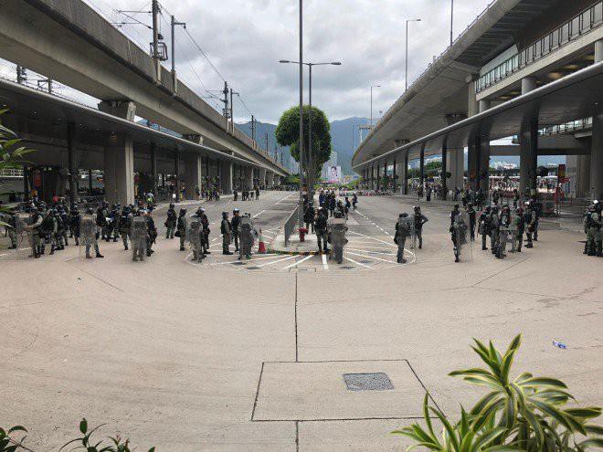 Hong Kong tê liệt: Cảnh sát 3 lần cảnh cáo nóng, người biểu tình vẫn tiếp tục phá hoại nhiều tài sản, đốt quốc kỳ - Ảnh 24.