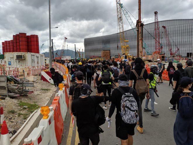 Hong Kong tê liệt: Cảnh sát 3 lần cảnh cáo nóng, người biểu tình vẫn tiếp tục phá hoại nhiều tài sản, đốt quốc kỳ - Ảnh 21.