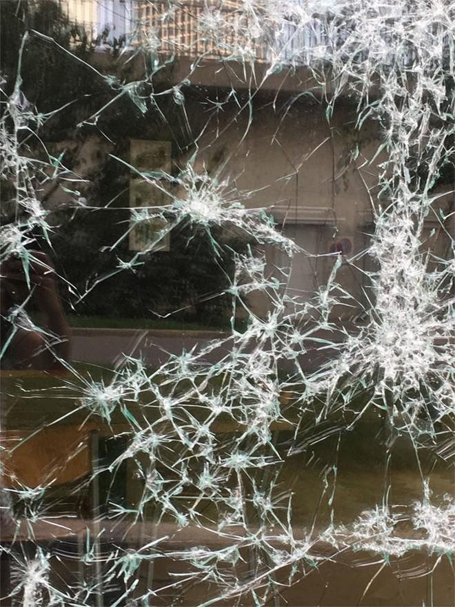 Đẳng cấp họa sĩ: Đập nứt cửa kính cũng tạo ra bức chân dung tuyệt tác, càng nhìn càng mê - Ảnh 1.