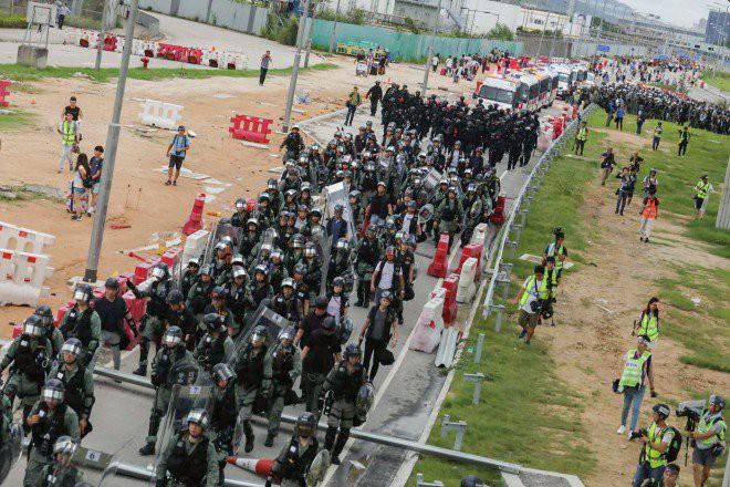 Hong Kong tê liệt: Cảnh sát 3 lần cảnh cáo nóng, người biểu tình vẫn tiếp tục phá hoại nhiều tài sản, đốt quốc kỳ - Ảnh 12.