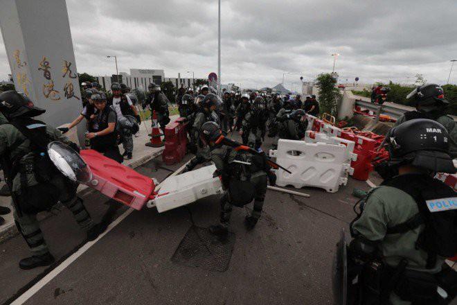 Hong Kong tê liệt: Cảnh sát 3 lần cảnh cáo nóng, người biểu tình vẫn tiếp tục phá hoại nhiều tài sản, đốt quốc kỳ - Ảnh 13.