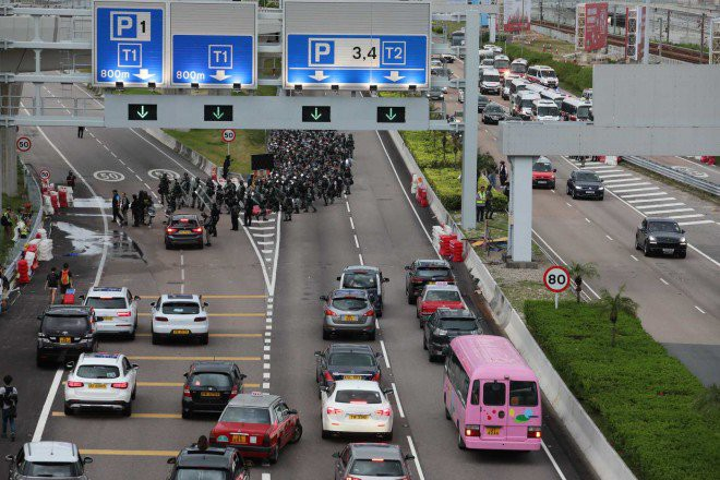 Hong Kong tê liệt: Cảnh sát 3 lần cảnh cáo nóng, người biểu tình vẫn tiếp tục phá hoại nhiều tài sản, đốt quốc kỳ - Ảnh 14.