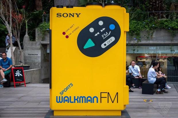 Tròn 40 năm ngày ra đời máy nghe nhạc Sony Walkman - huyền thoại mà giới trẻ 10x sẽ không bao giờ thấy lại - Ảnh 1.