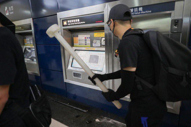 Hong Kong tê liệt: Cảnh sát 3 lần cảnh cáo nóng, người biểu tình vẫn tiếp tục phá hoại nhiều tài sản, đốt quốc kỳ - Ảnh 9.