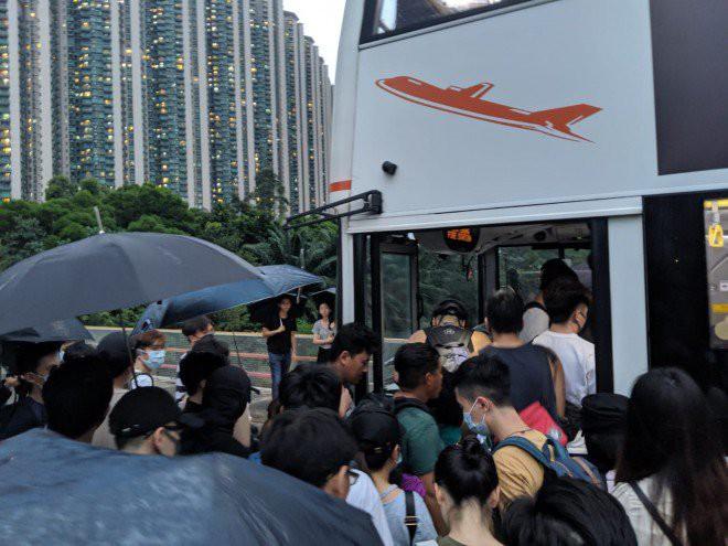 Hong Kong tê liệt: Cảnh sát 3 lần cảnh cáo nóng, người biểu tình vẫn tiếp tục phá hoại nhiều tài sản, đốt quốc kỳ - Ảnh 8.