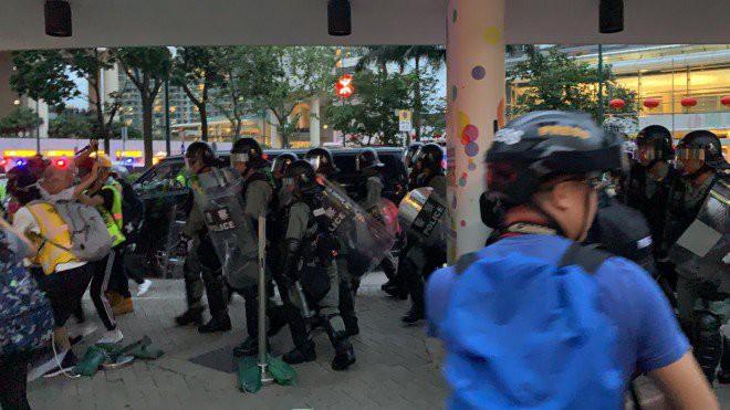 Hong Kong tê liệt: Cảnh sát 3 lần cảnh cáo nóng, người biểu tình vẫn tiếp tục phá hoại nhiều tài sản, đốt quốc kỳ - Ảnh 7.