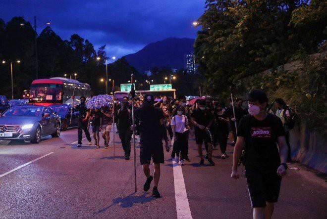 Hong Kong tê liệt: Cảnh sát 3 lần cảnh cáo nóng, người biểu tình vẫn tiếp tục phá hoại nhiều tài sản, đốt quốc kỳ - Ảnh 4.