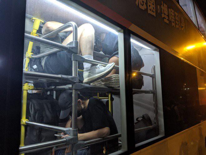 Hong Kong tê liệt: Cảnh sát 3 lần cảnh cáo nóng, người biểu tình vẫn tiếp tục phá hoại nhiều tài sản, đốt quốc kỳ - Ảnh 5.