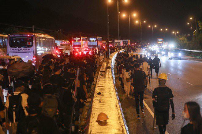 Hong Kong tê liệt: Cảnh sát 3 lần cảnh cáo nóng, người biểu tình vẫn tiếp tục phá hoại nhiều tài sản, đốt quốc kỳ - Ảnh 6.