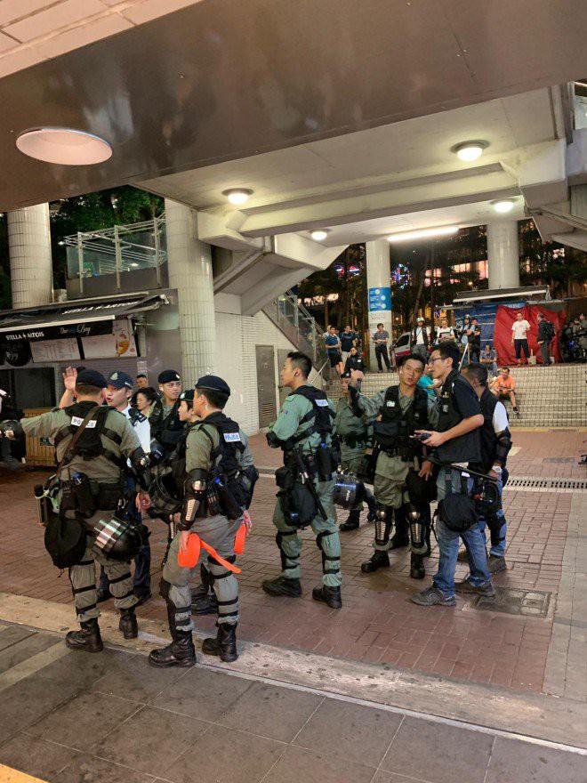 Hong Kong tê liệt: Cảnh sát 3 lần cảnh cáo nóng, người biểu tình vẫn tiếp tục phá hoại nhiều tài sản, đốt quốc kỳ - Ảnh 3.